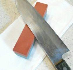 包丁を砥石で研ぐ